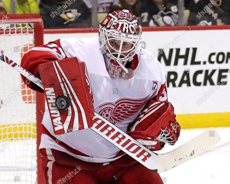 Detroit Red Wings goaltender Jimmy Howard blocks a shot during the second period of an NHL hockey game against the Pittsburgh Penguins in Pittsburgh