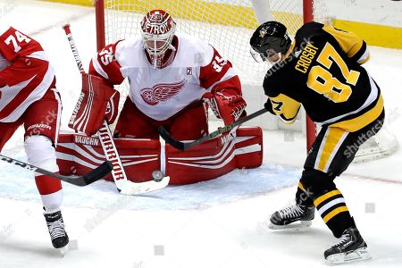 Sidney Crosby, Jimmy Howard. Detroit Red Wings goaltender Jimmy Howard stops a shot by Pittsburgh Penguins' Sidney Crosby (87) during the first period of an NHL hockey game in Pittsburgh