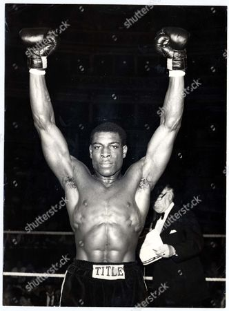 Victory For Frank Bruno Over Tony Moore At The Royal Albert Hall. Pkt5277-390203 . Rexmailpix.