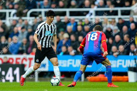 Ki Sung-Yueng (#4) of Newcastle United on the ball, opposed by James McArthur (#18) of Crystal Palace during the Premier League match between Newcastle United and Crystal Palace at St. James's Park, Newcastle