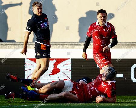 Scarlets vs Edinburgh. Scarlets' Jonathan Davies scores his sides second try