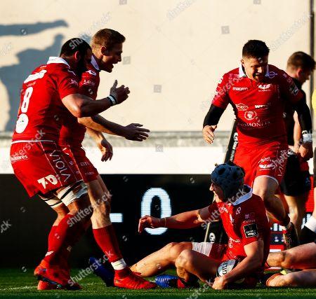 Scarlets vs Edinburgh. Scarlets' Jonathan Davies celebrates scoring his sides second try