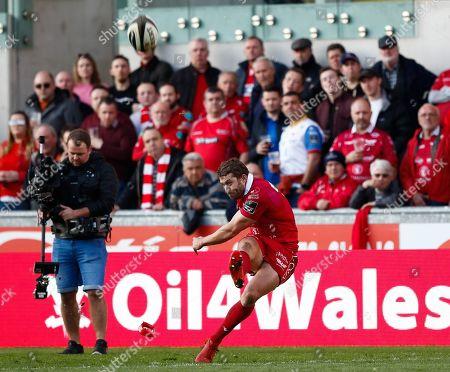 Scarlets vs Edinburgh. Scarlets' Leigh Halfpenny misses a conversion