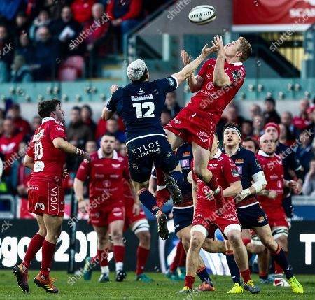 Scarlets vs Edinburgh. Scarlets' Johnny McNicholl claims the high ball ahead of Chris Dean of Edinburgh