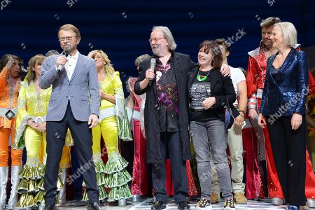 Bjorn Ulvaeus, Benny Andersson and Judy Craymer with the current and former members of the cast