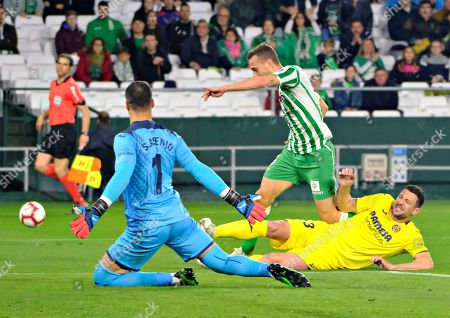 Real Betis' Sergio Canales (C) tries to score before Villarreal CF's goalkeeper Sergio Asenjo (L) and Italian Daniele Bonera (R) during their Spanish LaLiga soccer match played at the Benito Villamarin stadium in Seville, southern Spain, 07 April 2019.