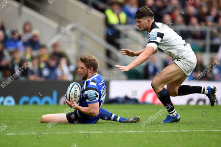 Rhys Priestland of Bath Rugby scores a try in the second half