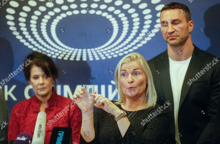 Gitte Pedersen (C), the expert of VADA explains the process of testing to journalists on the Olimpiyskiy stadium in Kiev, Ukraine, 10 April 2019. Experts from the Voluntary Anti-Doping Association (VADA) have arrived in Ukraine at the invitation of Ukrainian boxer Wladimir Klitschko. The experts came to carry out a health check-up for two leading presidential candidates, incumbent President Petro Poroshenko and showman Volodymyr Zelensky, if they give their consent. Zelensky on 03 April 2019 declared his readiness to come to the debate with Poroshenko ahead of the April 21 runoff, however, he voiced a number of conditions. In particular, he said the debates should be held at Kyiv's Olimpiyskiy Stadium with all TV channels being able to air the event live, while both candidates must undergo medical tests to prove there are 'no alcohol or drug addicts' among them. Poroshenko agreed to hold the debate with Zelensky at the stadium. On 05 April 2019, Zelensky had blood tests at a private clinic, Eurolab. Poroshenko in turn had relevant tests at the Olimpiyskiy health center. Wladimir Klitschko called the presidential candidates' medical tests ridiculous and offered to arrange new drug testing at VADA.