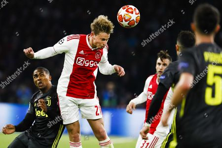 Frenkie de Jong (2-L) of Ajax and Douglas Costa (L) of Juventus in action during the UEFA Champions League quarter final first leg soccer match betweeen Ajax Amsterdam and Juventus FC in Amsterdam, The Netherlands, 10 April 2019.