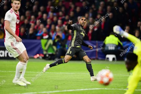 Douglas Costa (C) of Juventus in action during the UEFA Champions League quarter final first leg soccer match betweeen Ajax Amsterdam and Juventus FC in Amsterdam, The Netherlands, 10 April 2019.