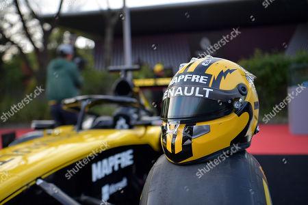 11.04.2019, Shanghai Audi International Circuit, Shanghai, 2019 FORMULA 1 HEINEKEN CHINESE GRAND PRIX   Nico Huelkenberg (GER#27), Renault F1 Team and seinem Helm gehalten Uralt-Design