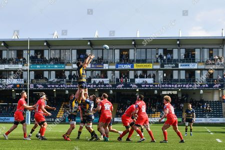 Darren Barry of Worcester Warriors claims the line out