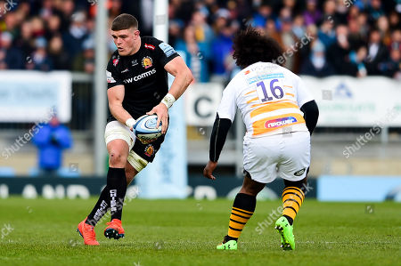 Dave Ewers of Exeter Chiefs is marked by Ashley Johnson of Wasps