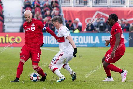 Bastian Schweinsteiger (31), Michael Bradley (4) and Ayo Akinola (20) in action