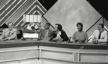 David Jacobs, with Pete Murray, Alan Freeman, Helen Shapiro and unknown, taking part in a special edition of quiz Juke Box Jury