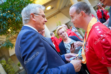 Minister Kris Peeters with an athelete