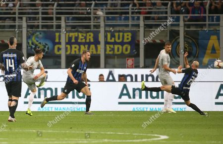 Roma's Stephan El Shaarawy (2L) scores the 0-1 goal during the Italian serie A soccer match between FC Inter and AS Roma  at Giuseppe Meazza stadium in Milan, Italy, 20 April 2019.