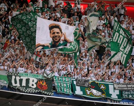 20.04.2019, Football 1. Bundesliga 2018/2019, 30.  match day, FC Bayern Muenchen - SV Werder Bremen, in Allianz-Arena Muenchen, Bremer Fans schwenken eine Fahne and dem Kopf of  Claudio Pizarro (SV Werder Bremen)