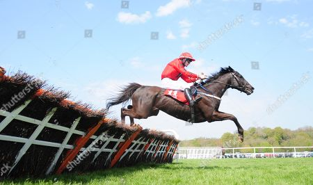 CORK BOTHAR DUBH and Michael Sweeney win the Race & Taste Festival May 10th & 11th Handicap Hurdle. Healy Racing