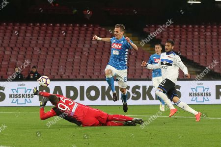Napoli's Arkadiusz Milik (C) and Atalanta's goalkeeper Pierluigi Gollini in action during the Italian Serie A soccer match between SSC Napoli and Atalanta BC at the San Paolo stadium in Naples, Italy, 22 April 2019.