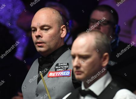 Stuart Bingham of England (left) during his first round match