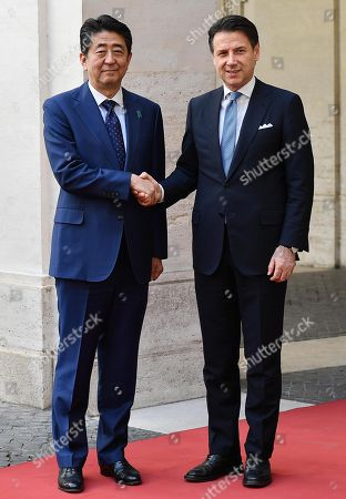 ¿Cuánto mide Giuseppe Conte? - Altura - Real height Japanese-prime-minister-shinzo-abe-in-rome-italy-shutterstock-editorial-10217490a