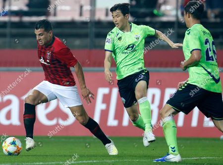 Andrew Nabbout (L) of Urawa Red Diamonds in action against Jeonbuk Hyundai Motors FC during the AFC Champions League group G soccer match between Urawa Red Diamonds and Jeonbuk Hyundai Motors FC at the Jeonju World Cup Stadium in Jeonju, South Korea, 24 April 2019.  Jeonbuk Hyundai Motors FC  won 2:1.