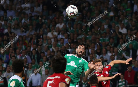 Bremen's Claudio Pizarro (C) in action during the German DFB Cup semi final soccer match between Werder Bremen and Bayern Munich in Bremen, Germany, 24 April 2019.