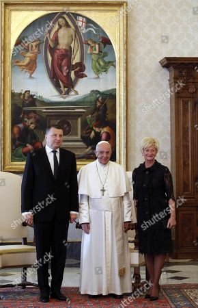 Latvian President Raimonds Vejonis (L) and his wife Iveta Vejone (R) pose for a picture with Pope Francis (C) at the Vatican