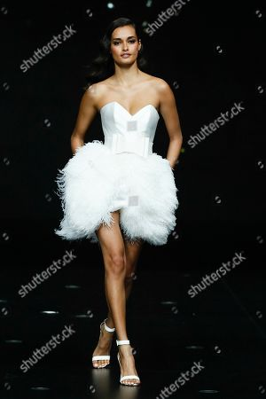 Gizele Oliveira on the catwalk