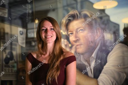 Perth artist Tessa MacKay poses next to her winning portrait of renowned actor and producer David Wenham.