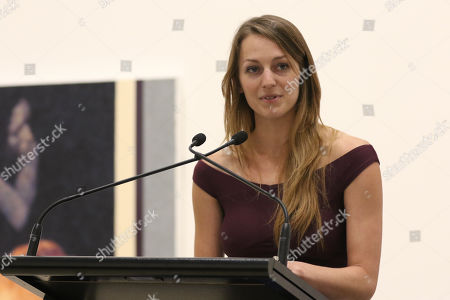 Perth artist Tessa MacKay gives a speech after being announced as the winner of the for her portrait of renowned actor and producer David Wenham.