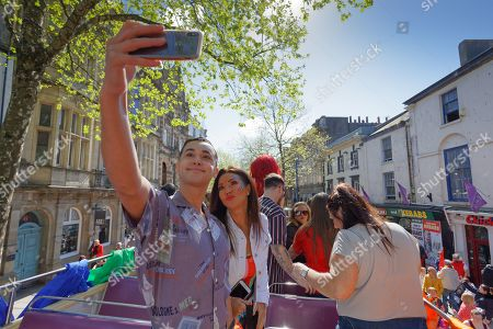 Shaheen Jafargholi and actress Michelle Collins take a selfie