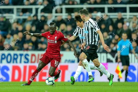 Sadio Mane (#10) of Liverpool takes on Ki Sung-Yueng (#4) of Newcastle United and Fabian Schar (#5) of Newcastle United during the Premier League match between Newcastle United and Liverpool at St. James's Park, Newcastle