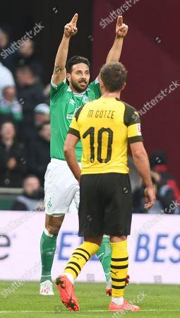 Bremen's Claudio Pizarro (L) celebrates scoring the equalizer during the German Bundesliga soccer match between SV Werder Bremen and Borussia Dortmund in Bremen, Germany, 04 May 2019.