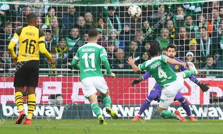 Bremen's Claudio Pizarro scores the equalizer during the German Bundesliga soccer match between SV Werder Bremen and Borussia Dortmund in Bremen, Germany, 04 May 2019.