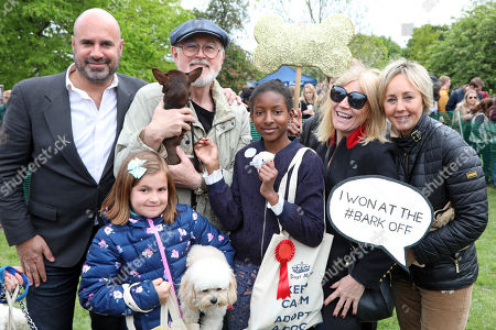 Stock Photo of Judges Marc Abraham, Peter Egan, Michelle Collins and Shirlie Kemp with Coco the Chihuahua and owner Kyrah who won best child handler category at the All Dogs Matter Bark Off charity dog show, Hampstead Heath, London, England. Cute dogs took part in several categories of this annual dog show which is run by the charity which houses and rehomes dogs in London and finds homes for dogs from overseas. Dogs competed to be cutest pup, best rescue and more. More information at www.alldogsmatter.co.uk