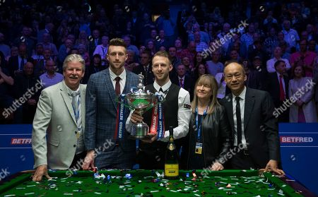 Judd Trump of England celebrates winning the final match with his father Steve, brother Jack, mother Georgina and his manager Django Fung