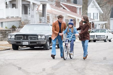 Zac Efron as Ted Bundy, Morgan Pyle as 8 Yr Old Molly and Lily Collins as Liz Kendall