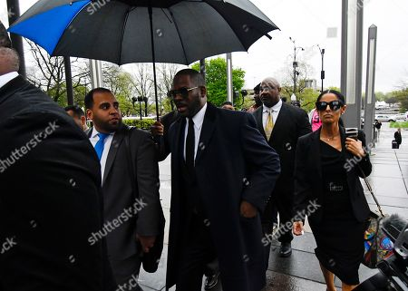 Musician R. Kelly, center, arrives at the Leighton Criminal Court building for a hearing, in Chicago