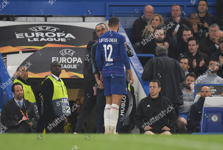 Chelsea Manager Maurizio Sarri has words with Ruben Loftus-Cheek of Chelsea as he leaves the game