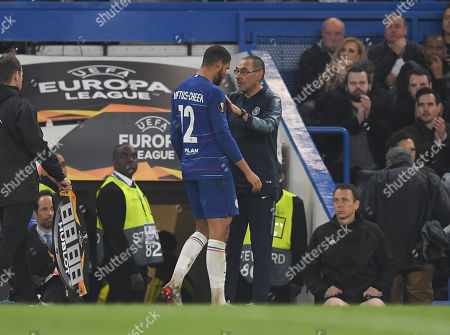 Chelsea Manager Maurizio Sarri has words with Ruben Loftus-Cheek of Chelsea as he leaves the game in place of Ross Barkley