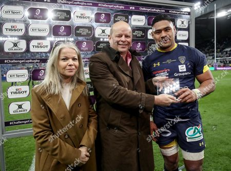 ASM Clermont Auvergne vs La Rochelle. Clermont's Fritz Lee is presented with the Man of the Match award by Colin Hewitt and Sarah Crilly