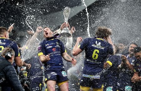 ASM Clermont Auvergne vs La Rochelle. Clermont's Camille Lopez and Arthur Iturria celebrate winning