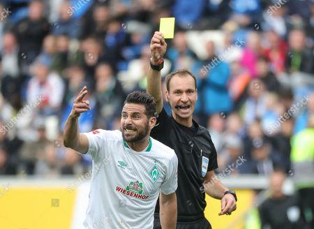 Referee Bastian Dankert shows the yellow card to Bremen's Claudio Pizarro (L) during the German Bundesliga soccer match between TSG 1899 Hoffenheim and SV Werder Bremen in Sinsheim, Germany, 11 May 2019.