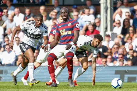 Newcastle United midfielder Mohamed Diame (10) passes during the Premier League match between Fulham and Newcastle United at Craven Cottage, London