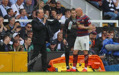 Newcastle United manager Rafa Benitez talks with Jonjo Shelvey of Newcastle United