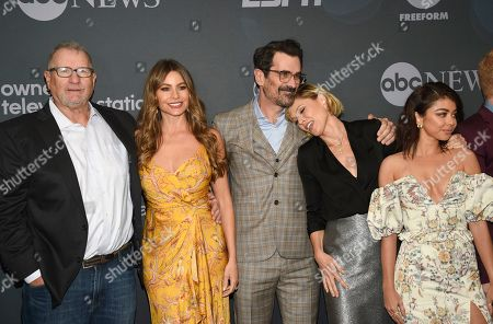 "Ed O'Neill, Sofia Vergara, Ty Burrell, Julie Bowen, Sarah Hyland. Modern Family"" cast members, from left, Ed O'Neill, Sofia Vergara, Ty Burrell, Julie Bowen and Sarah Hyland pose together at the Walt Disney Television 2019 upfront at Tavern on The Green, in New York"