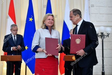 Stock Image of Russian Foreign Minister Sergei Lavrov (R) and his Austrian counterpart Karin Kneissl (L) exchange documents during a ceremony prior to a joint press conference of Russian and Austrian presidents following the talks in the Black Sea resort of Sochi, Russia, 15  May 2019. Austrian Federal President is on a working visit to Russia.