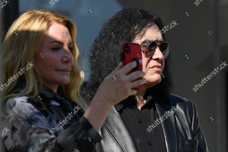 Gene Simmons, Shannon Tweed. Gene Simmons and his wife Shannon Tweed watch the departure of President Donald Trump on Marine One on the South Lawn of the White House in Washington, . Trump is heading the New York for a campaign events
